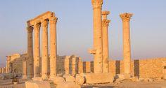 sitio arquelogico de palmira Una pérdida para la humanidad El templo de Baalshamin fue construido hace cerca de 2,000 años, era ejemplo de la riqueza de la historia preislámica de Siria, y habría sido dinamitado el domingo 23 de agosto de 2015. El grupo terrorista ISIS fue el responsable de la destrucción del edificio en las ruinas de Palmira, en Siria, y de acuerdo con la ONU, la parte interior del lugar habría quedado seriamente dañada y las columnas que lo rodeaban se habrían derrumbado.