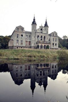 Too beautiful to be abandoned. Abandoned chateau in France Old Abandoned Houses, Abandoned Castles, Abandoned Buildings, Abandoned Places, Old Houses, Beautiful Architecture, Beautiful Buildings, Beautiful Places, Old Mansions