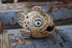 Keramická ryba Vyrobena ze šamotové hlíny, zatíraná burelem, glazovaná. Výška10 cm, délka 16 cm.Ručně modelovaná.