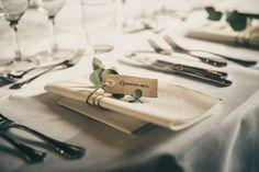 rustikt bordkort til bryllup - Best Pins Floral Wedding Gown, Slit Wedding Dress, Diy Wedding Flowers, Perfect Wedding Dress, Designer Wedding Dresses, Rustic Italian Wedding, Traditional Wedding Dresses, Industrial Wedding, Wedding Reception Decorations