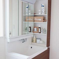 ナチュラルクリーニング洗面台編 * 洗面台の普段のお掃除用に、パストリーゼと重曹を置いています。 鏡全体や蛇口などにパストリーゼをスプレーして、乾いたクロスで拭き取るだけでピカピカ。 重曹はクレンザーとして、洗面ボウルに重曹を振りかけて、クロスで磨いて洗い流しています。 * 自作のアルコール水とパストリーゼの、我が家の使い分けですが… 口にする可能性がある場所で使うアルコールはパストリーゼ、 口にしない場所で使うアルコールは自作のアルコール水と使い分けることにしました。 (パストリーゼは食品にもOKなアルコールなので) * 我が家は、歯ブラシの除菌にパストリーゼをシュッとしています。 除菌と言っても適当で、(2枚目写真の)歯ブラシ置き場に向けてシュッと簡単にするくらいです。 なので、洗面台で使うアルコールは歯ブラシ除菌も安心して使えるパストリーゼを置いています。 * あっ、我が家は、歯ブラシコップは一人一人自分用のを使いたい派です。 場所は取るけど…
