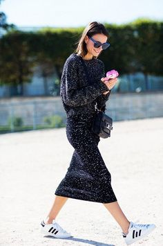 16 Ideas Fashion Street Style Man The Sartorialist For 2019 The Sartorialist, How To Wear Sneakers, Skirt And Sneakers, Sneakers Street Style, White Sneakers, Sneaker Street, Fashion Week, Look Fashion, Winter Fashion