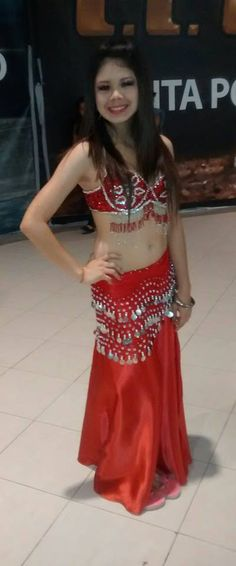 Traje de Belly dance rojo con plateado. Belly dance costume red with silver.