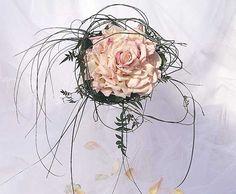 Ramo de novia vintage Rosmalia con pétalos de rosa y jazmín   Bourguignon Floristas #weddingbouquet #bridalbouquet #weddingflowers #novias
