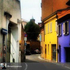 """Via S. Chiara nel rione Montecavallo #myrimini #raccontarimini #igersrimini #igersdaily #instapic #instarimini #instaromagna @comunerimini"" by @marcosanco"