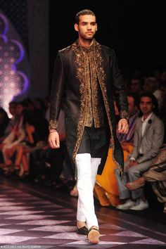 A model displays a creation by designer Raghavendra Rathore on Day 3 of India Bridal Fashion Week in New Delhi on July 2013 Indian Men Fashion, Indian Fashion Designers, Ethnic Fashion, Mens Fashion, Asian Fashion, India Fashion Week, Bridal Fashion Week, Male Fitness Models, Indian Models