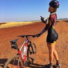 Girando de Mulher Maravilha pelas estradas do chão Batido do Alfredo ♀️ Tem muito mais sobre o passeio de hoje no stories galera . . Macaquinho @frenesibrasil @frenesicali . Meias @hupibikes . . @oggi_bikes . #oggi #oggibikes #agile #EUPEDALO #borapedalar #frenesibrasil #garotabike #pedallivrefotos #mtb
