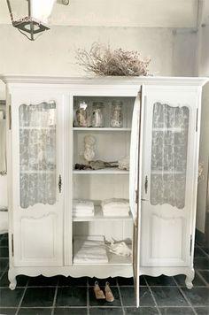 Aromire #アンティーク家具#パディントン#フレンチアンティークのアルモワールキャビネット。3枚扉が迫力ある、ロココ調のフレンチアンティークキャビネットです。プチシャトーや邸宅の寝室を飾っていた、横幅があって存在感のあるワードローブキャビネット。ベッドリネンや衣装等の収納兼、部屋を彩る装飾家具として長年活躍してきました。