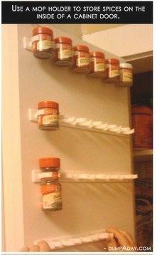 Utilisez un support à balai pour ranger les pots d'épices dans une armoire!