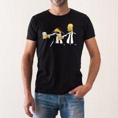 Una camiseta protagonizada por Homer Simpson y Barney Gumble al más puro estilo Vincent y Jules de la película Pulp Fiction Shirt Print Design, Tee Shirt Designs, Funny Shirts, Tee Shirts, Men's Fashion, Mens Tops, Clothes, Pulp Fiction, Men's T Shirts
