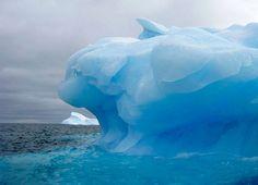 Päiväämättömässä valokuvassa näkyy Chilen edustalla kelluva suuri jäävuori. Etelä- ja pohjoisnapojen alueella sulavan jään uskotaan vaikutta...