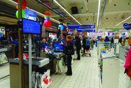 Nouvelle ligne de caisse Carrefour teste à nouveau la file unique, mais la réserve uniquement aux paniers.