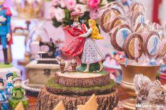 Animais fofos, flores, detalhes delicados e muito cor-de-rosa são alguns dos elementos desta festinha. Se a sua pequena é fã de Aurora, das fadinhas ou mesmo da perigosa Malévola, inspire-se nesta decoração que conta com todos os personagens do filme da Disney.