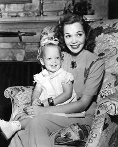 American actress Jane Wyman holds her infant daughter Maureen Reagan on her lap in an undated photo. (Getty) (Page Maureen Reagan, Nancy Reagan, 40th President, President Ronald Reagan, Old Hollywood Glam, Hollywood Actor, Hollywood Actresses, Classic Hollywood, Jane Wyman