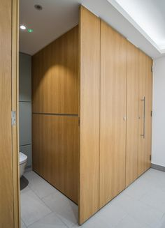 Alto full height flush fascia cubicles in Oak woodgrain effect.