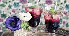 Björnbärsdrink med smak av mynta | ELLE Red Wine, Shot Glass, Alcoholic Drinks, Table Decorations, Halloween, Tableware, Wine, Alcoholic Beverages, Dinnerware
