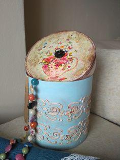 caja de cartón rígido, decorada con decoupage y greca en relieve, envejecida y pintada a mano