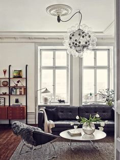 Wohnen in schwarz-weißen skandinavischen Design mit viel dunklem Holz - eine Traum Einrichtung in Stockholm