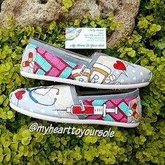 Price includes shoes. Nurse TOMS von MyHeartToYourSole auf Etsy