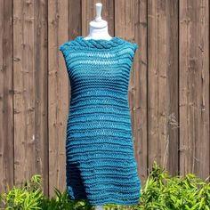 Sommerløkkekjolen strikkes i Natura XL et 100 % bomullsgarn som strikkes på pinne 9. Hele kjolen, med unntak av over brystpartiet foran og flettene i halsen, strikkes i løkkestrikk. Super sommerkjole som kan brukes enten i hageselskapet eller ved bassengkanten. MÅL: KOMMER Grunnmodellen er uten ermer, men i oppskriften vil du finne forslag til et par ermer:  1) 3/4 tranger ermer som strikkes lik ermene på sommerløkkegenseren i bomull - dette alternativet krever 2 ekstra nøster...