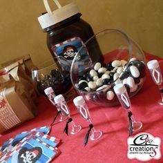 Festa a tema pirati by C&C Creations Eventi. Buffet dolciumi e gadget, in questo caso tanto bolle nel calice personalizzato.