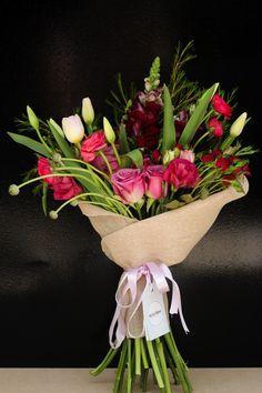 Ramo con Tulipanes, rosas, lisianthus, perritos, baby rose y wax.