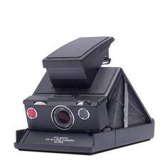 Cámara #Polaroid SX-70 Black, un clásico convertido en objeto de culto. Su sofisticación técnica y diseño sorprendieron a todo el mundo. #Impossible #vintage #style