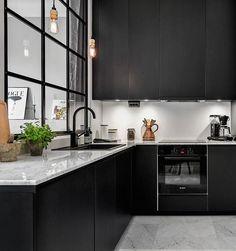 Cuisine noire et plan de travail en marbre. + de photos > http://www.homelisty.com/plan-de-travail-cuisine-en-71-photos-idees-inspirations-conseils/