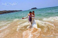 Atrévete a vivir la experiencia de un divertidísimo Trash the Drees  ideal para tu boda en playa por Bodas Huatulco