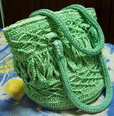 MATERIAL: Linha Anne Branca e Verde, agulha de crochê tamanho 3,5, zíper, linha para costura, 4 argolas de metal para prender as alças, tec...