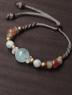 アクアマリンとムーンストーンとサンストーンのビーズブレスレット3月の誕生石としてもよく知られているアクアマリン。透明感のある雫のような瑞々しさを持つアクアマリンをメインに使ったビーズブレスレット。ムーンストーン(月)やサンストーン(太陽)、ラブラドライト(宇宙)のビーズと、メインで使用しているアクアマリン(海)は私達を取り巻く大切な要素を表す天然石で、それらを1つにまとめてみました。