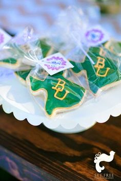 Wedding favor idea: Texas-shaped cookies frosted in Baylor colors.