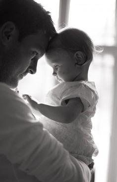 Foto en blanco y negro de papá cargando a su pequeña hija