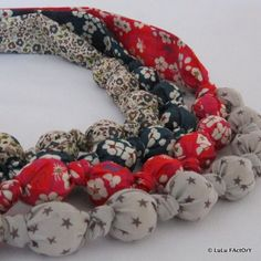 DIY : Pour Nol, offrez un collier boule en tissu fait-main Fabric Necklace, Fabric Jewelry, Diy Jewelry, Handmade Jewelry, Jewelry Making, Couture Sewing, Pop Couture, Textile Fiber Art, Little Gifts