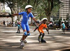 FRITIDSAKTIVITET. Til daglig er pladsen foran Kenyas Nationalbank p-plads, men i weekenden erobres den af børn og voksne på rulleskøjter. Foto: Jeppe Villadsen