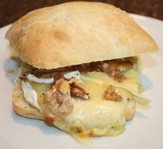 Ciabatta with brie, honey and walnuts from the oven; honey Ciabatta with brie, honey and walnuts from the oven; Feel Good Food, I Love Food, Brunch, Breakfast Recipes, Snack Recipes, Paninis, Happy Foods, Lunch Snacks, Ciabatta