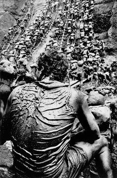 La mine d'or de la Serra Pelada. Porteurs  État de Para, Brésil, 1986  50 x 60 cm  Projet La Main de l'homme, 1986-1992, publié en 1993  La terre de la mine d'or de la Serra Pelada est riche en fer, ce qui rend la boue luisante.  © Sebastião Salgado/Amazonas images. BnF, Estampes et photographie, EP-602-Boîte fol.