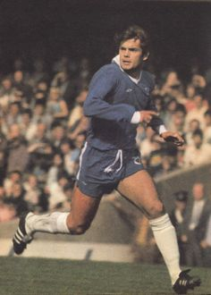 Circa Chelsea and England midfielder Ray Wilkins. Retro Football, Chelsea Football, Ray Wilkins, Chelsea Fc Players, Image Foot, Good Soccer Players, Stamford Bridge, Football Pictures, Sports Figures