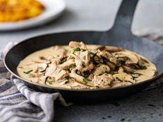 L'émincé de veau à la zurichoise est un plat typique suisse. Pour accompagner ce savoureux émincé à la crème, la recette propose des rösti, bien entendu! Swiss Recipes, Everyday Food, Thai Red Curry, Risotto, Pork, Food And Drink, Menu, Chicken, Dinner