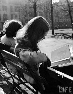 """Chica leyendo.  """"Hay sólo tres cosas a hacer con una mujer. Se puede amarla, sufrir por ella, o convertirla en literatura.""""   Lawrence Durrell"""
