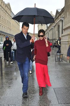 Don't rain of her parade! Victoria Beckham doesn't let the drizzle cramp her style as she arrives in Paris. accompanied by her diligent umbrella-carrying bodyguard Victoria Beckham Outfits, Victoria Beckham Style, David Beckham Birthday, Girl Fashion, Fashion Outfits, Womens Fashion, Victoria Fashion, Work Looks, Classic Outfits