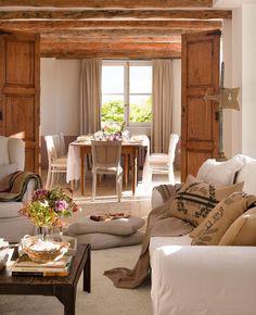 Las maderas antiguas y con las imperfecciones del paso del tiempo añaden valor a los ambientes rústicos.