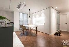 """""""푸드스타일리스트의 집(feat. 호텔&카페)"""" 42평아파트 인테리어 [옐로플라스틱/yellowplastic / 옐로우플라스틱] : 네이버 블로그 Style At Home, Prefab, Kitchen Interior, Divider, Korean Style, House Styles, Table, Room, Furniture"""