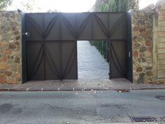 Una puerta de dos piezas...una corredera y la otra fija  www.metalex.es