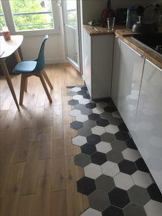 Duo de choc pour délimiter l'espace : parquet pour la salle à manger, carreaux de ciment hexagonaux HQU (noir, gris et lin en 15x18) pour la cuisine. On adore la réalisation de cette cliente !