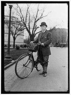 Status. Il segretario di stato americano Alvey Augustus Adee mostra orgoglioso l'elegante bici con cui era solito compiere in estate lunghi viaggi in Europa.