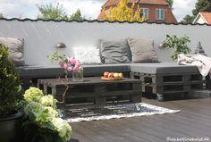En terrasse der var blevet godt forsømt, står nu lækker og klar til at tage imod sommeren. Gulvet blev malet og møblerne er lavet af paller med lækre hynder fra my-stack.dk