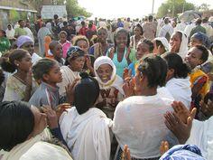 Een groep dansende en klappende vrouwen tijdens de Timkat-processie in Lalibela, Ethiopië.     Hier vind je de beste tips[ hoe je een vrouw versierd| een duurzame relatie start|om vrouwen te versieren|voor een lange relatie] paypro.nl/producten/Vandaag_Vrouwen_Versieren/3658/19509