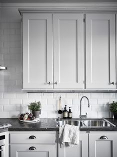 Grey kitchen ideas brings an excellent breakthrough idea in designing our kitchen. Grey kitchen color will make our kitchen look expensive and luxury. Grey Kitchen Cabinets, Kitchen Cabinet Design, Interior Design Living Room, Kitchen Grey, Kitchen Walls, Interior Livingroom, Design Bedroom, Home Decor Kitchen, Home Kitchens