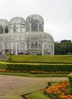 A capital do Paraná tem muitos atrativos legais, de passeios culturais a parques incríveis, que fazem valer a pena uma viagem de fim de semana prolongado. Na foto, um dos cartões postais de Curitiba- o jardim botânico.